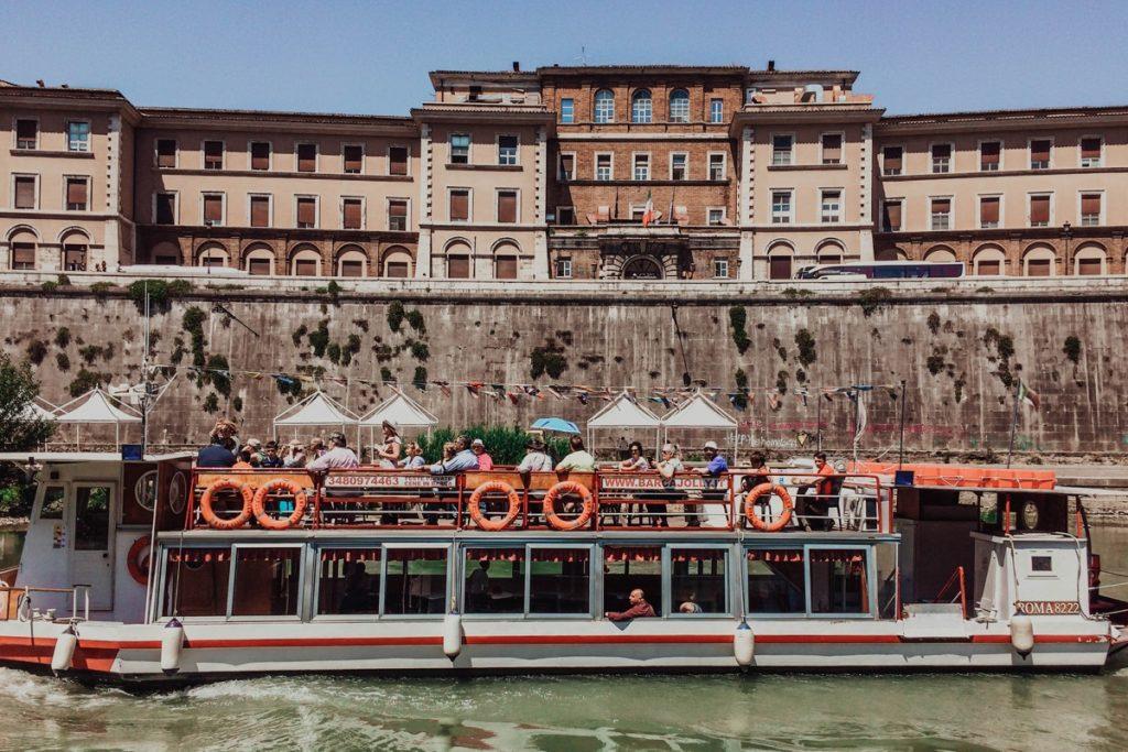barca turistica sul tevere a roma esperienza da fare con bambini