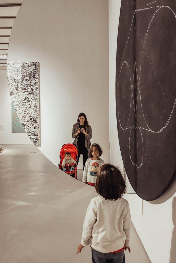 bambini visitano museo maxxi a roma