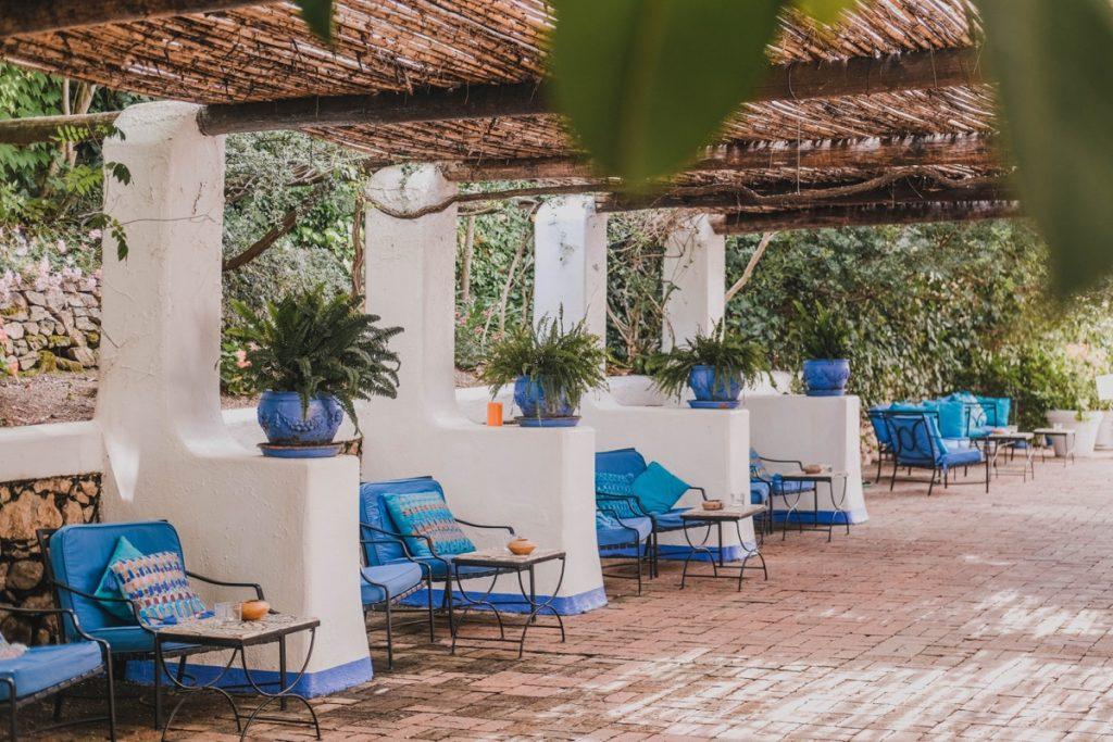 strada coperta da bambu con divani in ferro e cusci colorati in Sardegna al Su Gologone