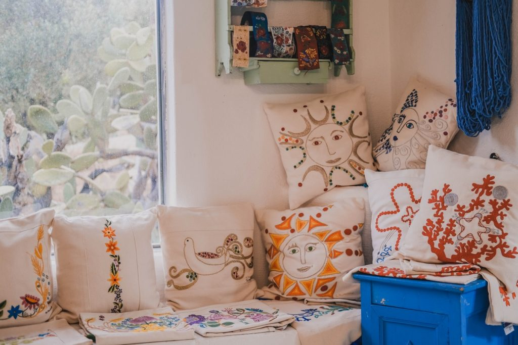 su goglogone cuscini ricamati e dipinti a mano secondo la tradizione sarda