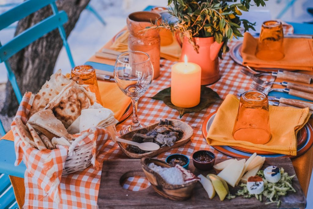 tavola imbandita con formaggi sardi e pane tradizionale