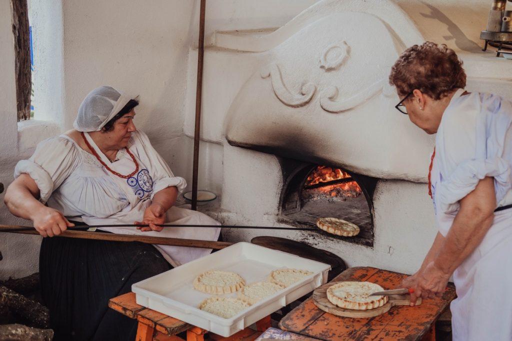 signore sarde preparano il pane tradizionale all'hotel Su Gologone