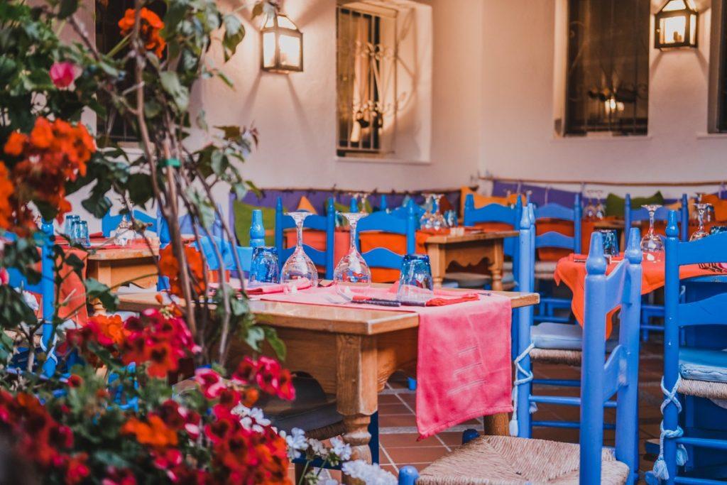 ristorante Su Gologone tavola e sedie con colori sgargianti