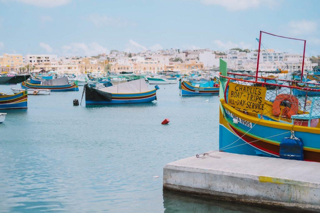 Veduta di Marsaxlokk villaggio di pesacatori con barche colorate a Malta