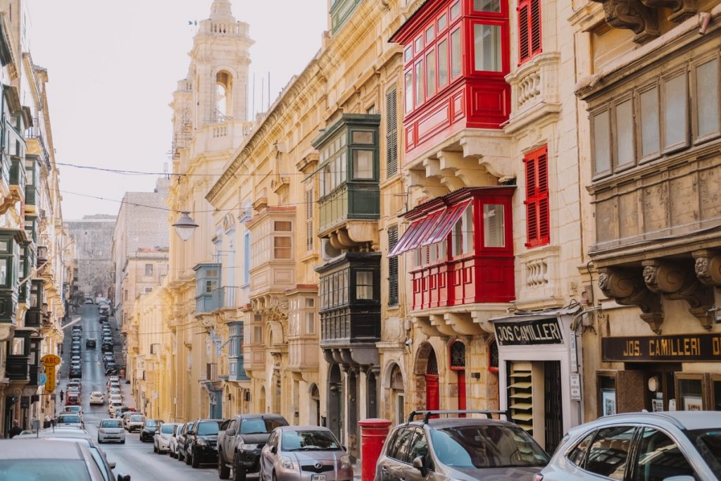 Strada di La Valletta capitale di Malta con tipici balconi colorati a bovindo