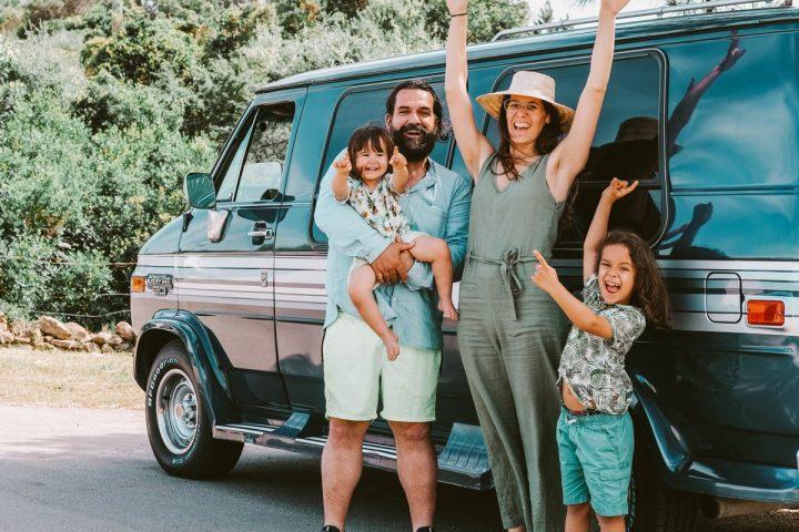 famiglia in viaggio in Sardegna con un van d'epoca