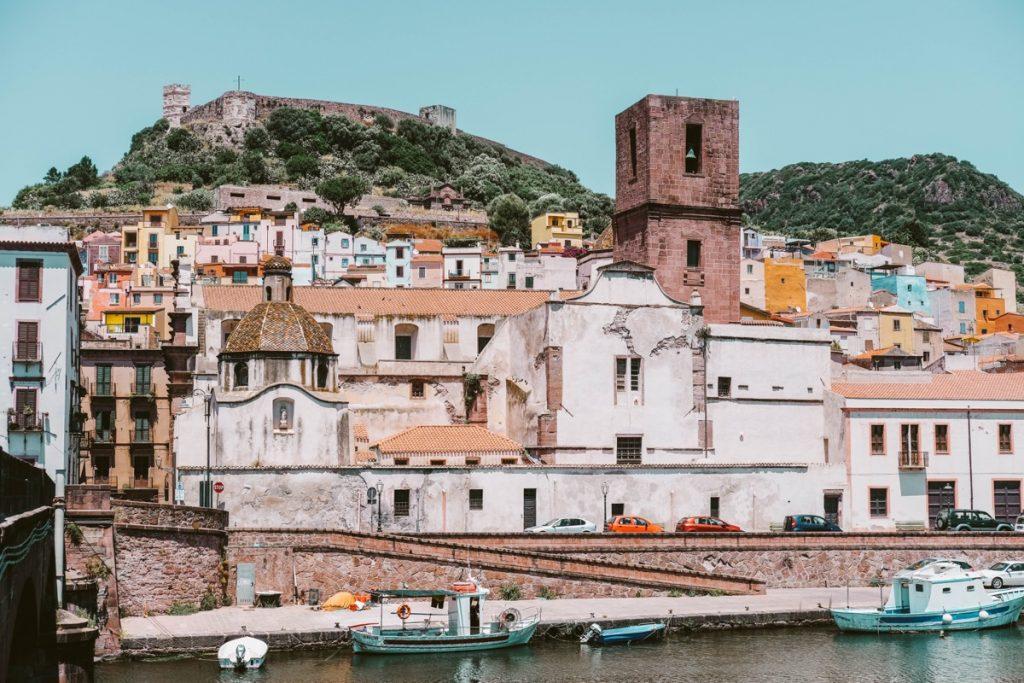 cosa vedere in Sardegna: borgo variopinto con casette arroccate e castello