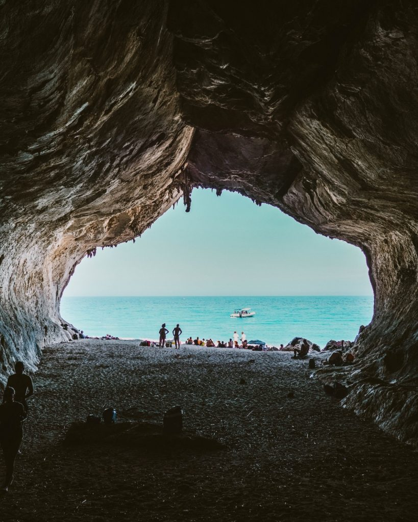 cosa vedere in sardegna: grotta con vista sul mare a Cala Luna