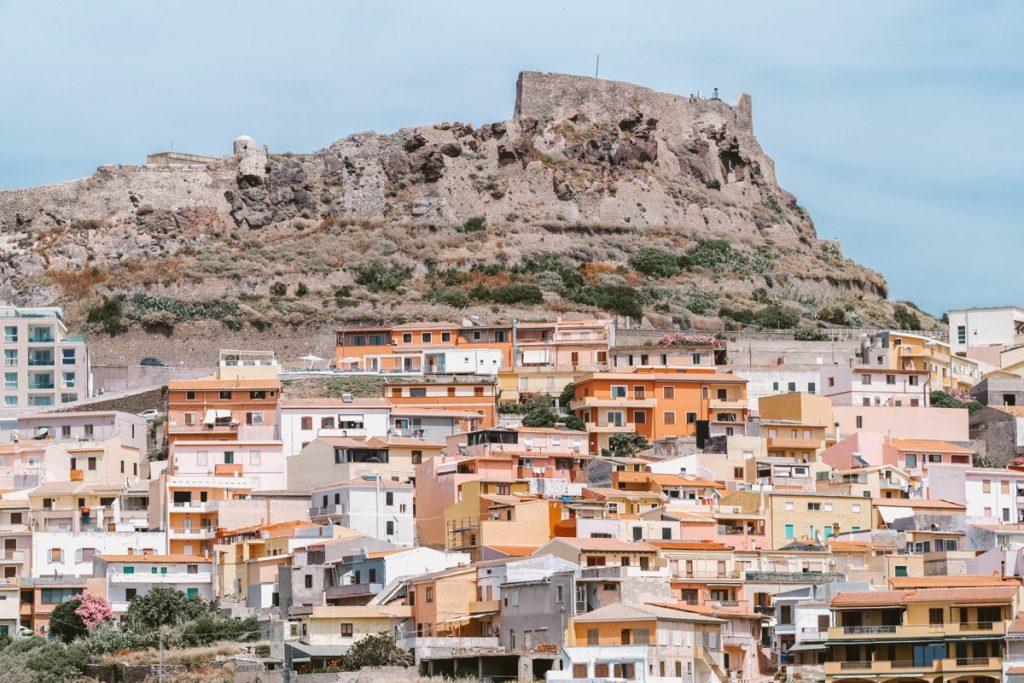 Castelsardo borgo in sardegna arroccato su un colle con case colorate