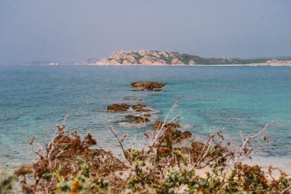 Spiaggia in Sardegna con mare turchese e rocce