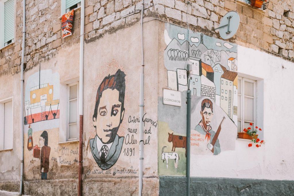 Orgosolo città dei murale. Muro con dipinti a carattere politico