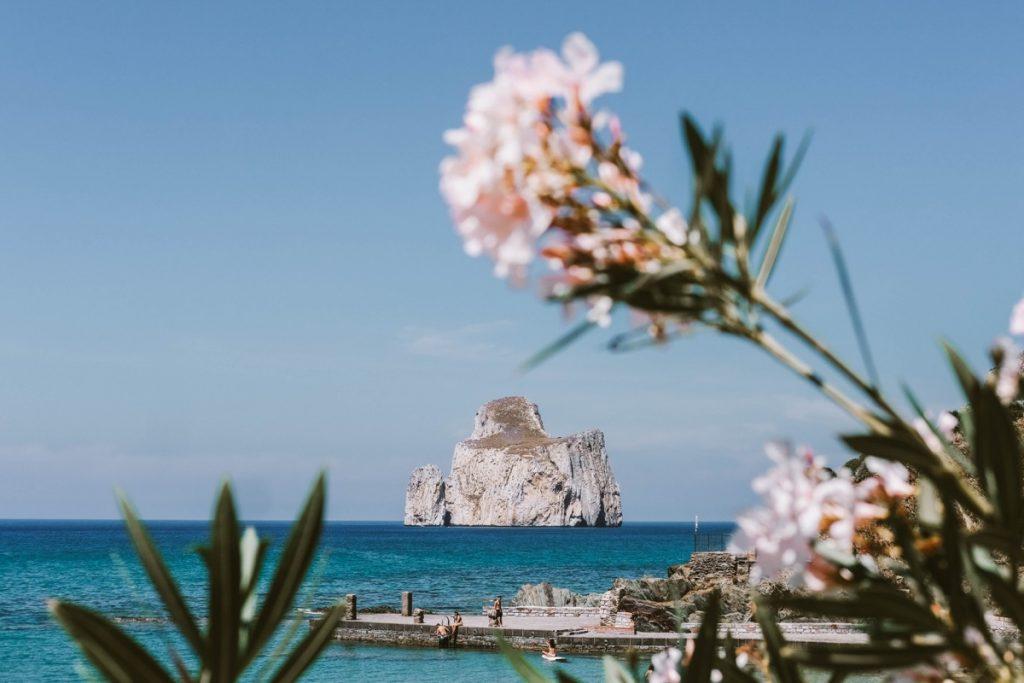 Pan di Zucchero in Sardegna, enorme roccia in mezzo al mare