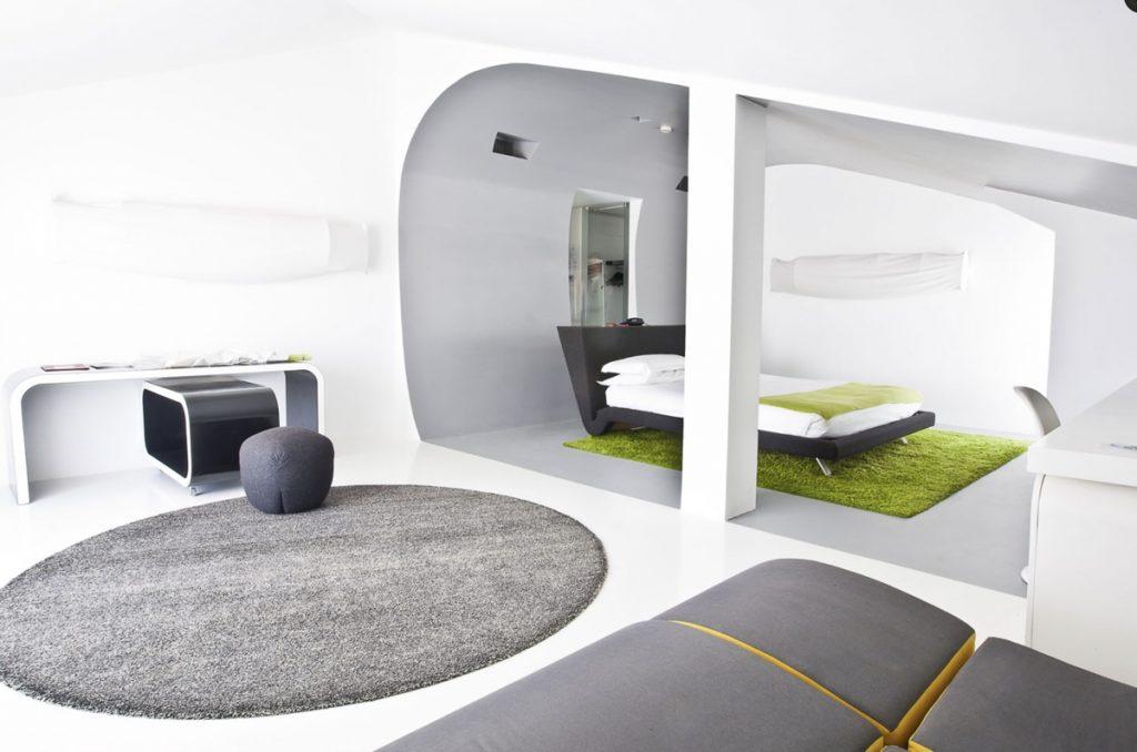 interno camera d'albergo ultra moderna colore bianco e grigio a roma