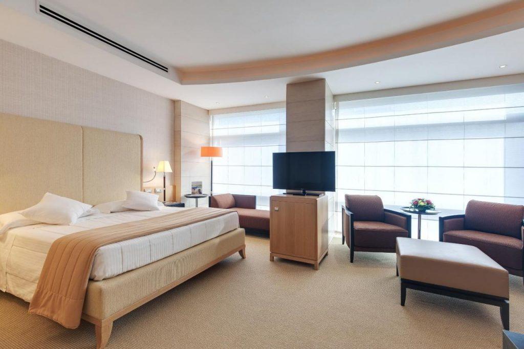 interno camera d'albergo spaziosa e luminosa